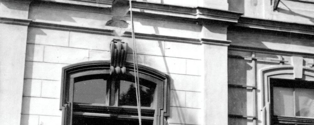 1934 sjezd ve Skochovicích, záchrana z budovy školy  163.jpg