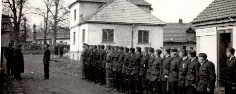 1950 před hasičskou zbrojnicí nasntoupení hasiči podávají hlášení okres veliteli Arnoštu Ročkovi   155.jpg