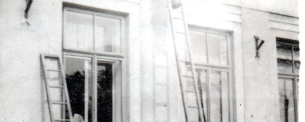 1945 odstraňování německých nápisů místními hasiči037.jpg