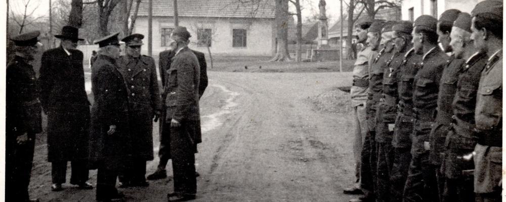 1950 - 65 výročí SDH sjezd ve Skochovicích předávání hlášení okresnímu veliteli Ročkovi hlásí velitel Oldřich Novák008.jpg